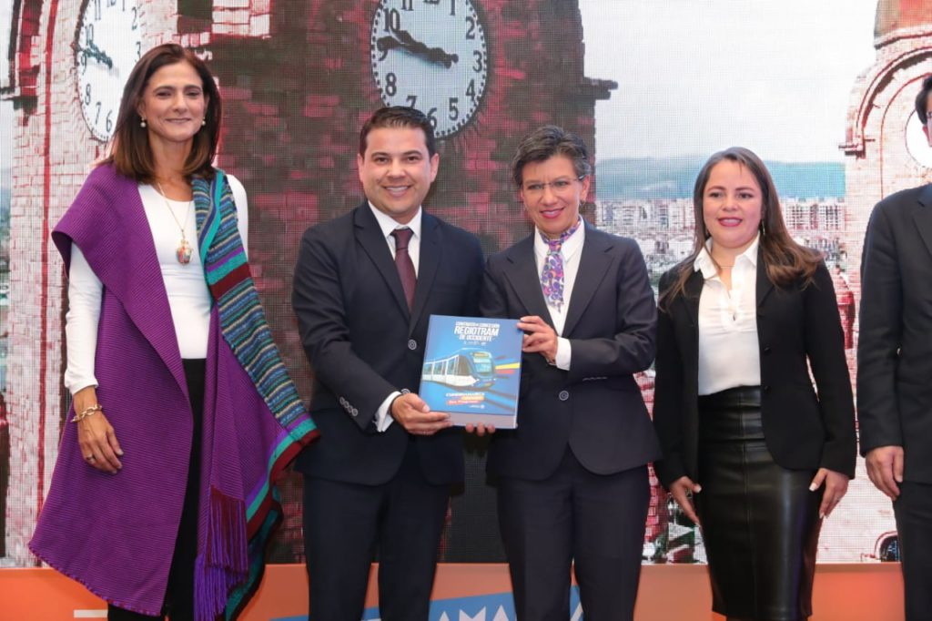 Firma Regio Tram Occidente, Claudia López, Alcaldesa Mayor de Bogotá